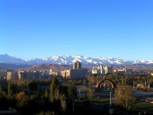 キルギスは完全に真っ白な山々に姿が変わりました!