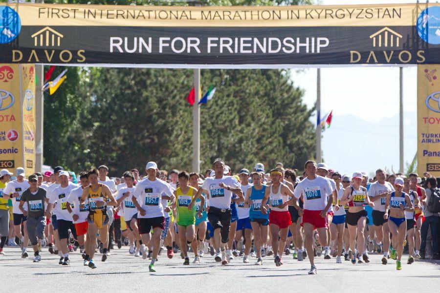 第1回キルギスマラソン大会のスタート